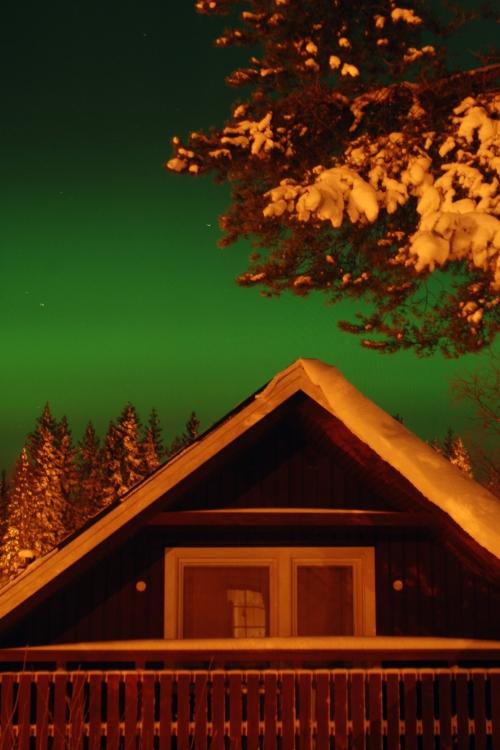 Här försöker norrskens-ufot landa på grannhuset. 30 sekunders slutartid.